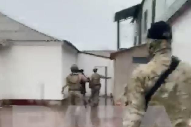 Оперативники ФСБ пришли к полицейскому начальнику из-за поддельного алкоголя