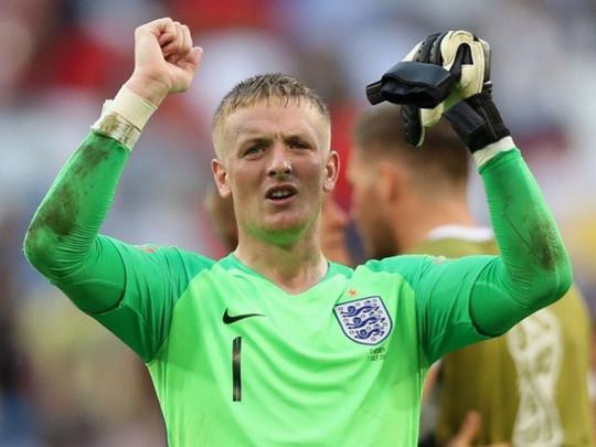 Голкипер сборной Англии на людях залпом выпил стакан спиртного