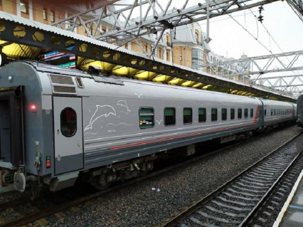 Начальник первого поезда в Крым опоздал на его отправление: в сети смеются