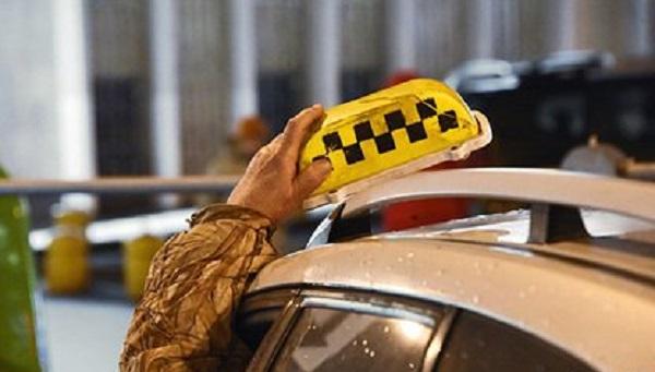 Российских чиновников решили пересадить со служебных автомобилей на такси
