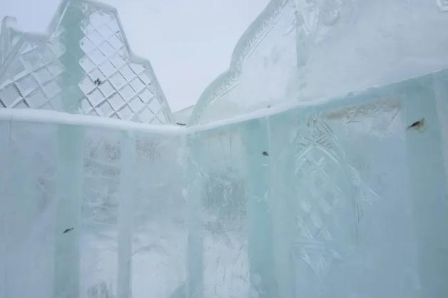 В России ледовый городок построили изо льда с мертвыми рыбами