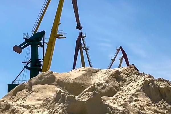 Чиновников Херсонского порта подозревают в разворовывании месторождения песка