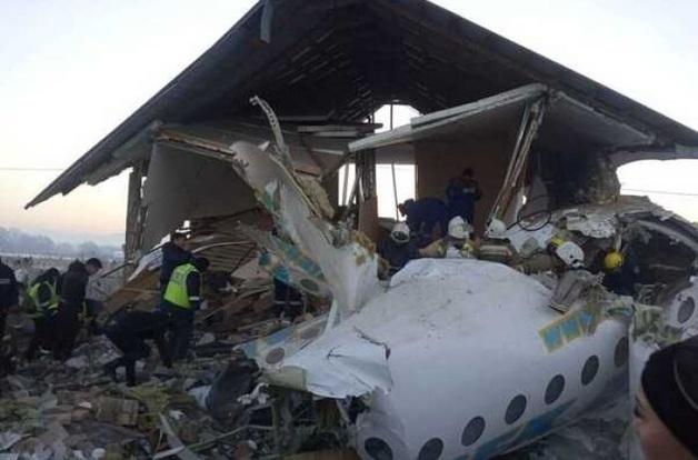 «Дети, сломанные руки, ноги»: выжившие поделились страшными подробностями авиакатастрофы в Казахстане