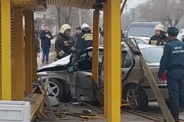 Водитель BMW протаранил остановку с людьми в российском городе и попал на видео