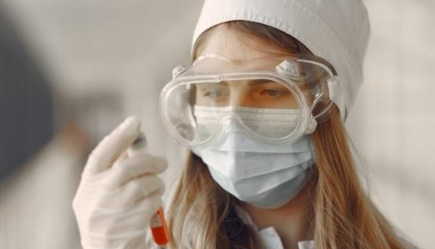 Медсестру коронавирусной больницы наказали за прозрачный защитный костюм поверх бикини