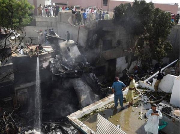 В авиакатастрофе в Пакистане чудом выжил один из пассажиров