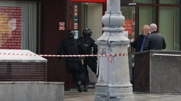 Задержание взявшего заложников в московском банке курьера показали на видео