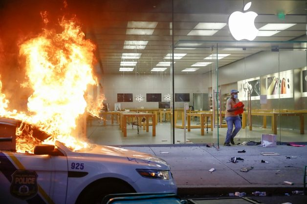 В США протестующие разграбили Apple Store, но компания их перехитрила