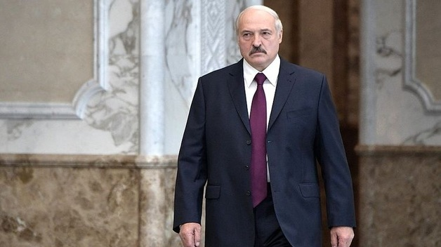 Лукашенко не захотел становиться рядом с Путиным на возложении цветов во время военного парада