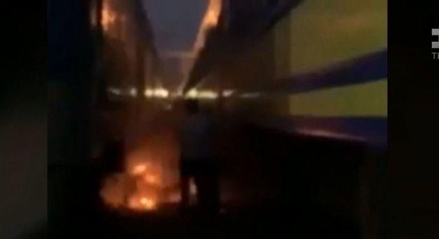 В Киеве на ж/д вокзале парень вылез на крышу поезда и загорелся от удара током
