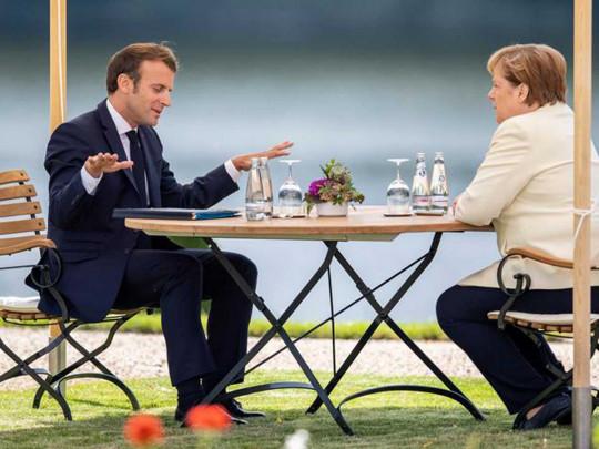 Не стали пожимать руки: Меркель и Макрон показали новое дипломатическое приветствие