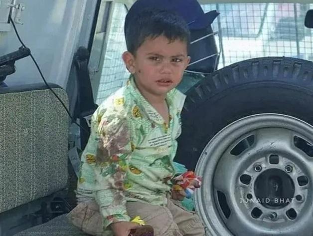 Фото мальчика, сидящего на теле убитого деда, привлекло внимание к кашмирскому конфликту в Индии