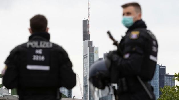 Во Франкфурте во время массовой драки пострадали пять полицейских. Задержаны десятки человек