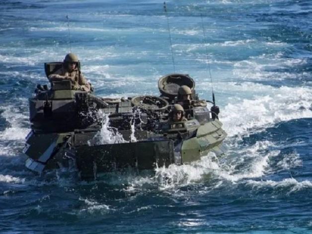 На военных учениях в США затонул десантный корабль: бесследно пропали семь морпехов