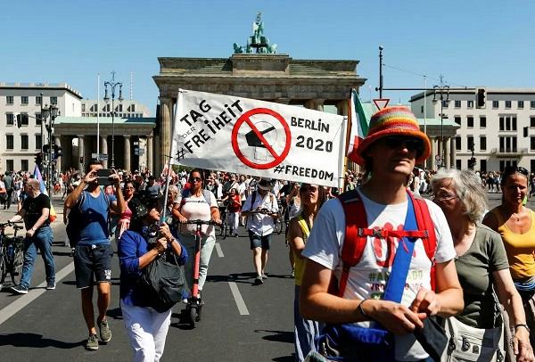 «Конец пандемии — День свободы»: В Берлине протестуют из-за «коронавирусного» заговора