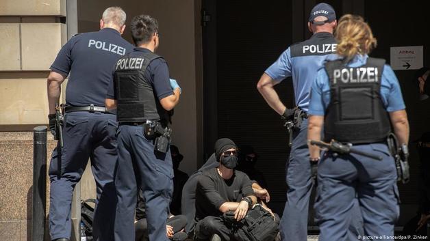 В Берлине во время митинга против карантина пострадали 18 полицейских