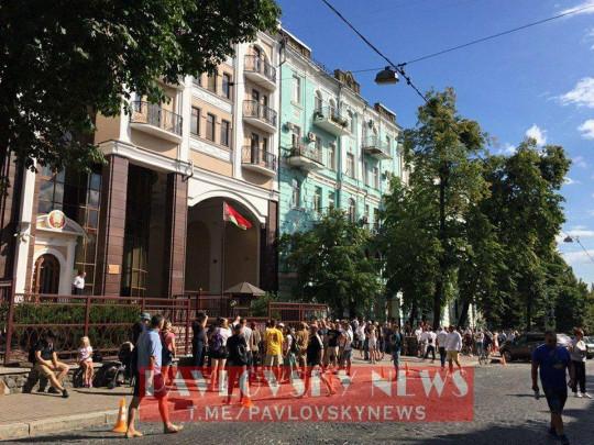 У посольства Беларуси в Киеве растёт очередь из желающих проголосовать на выборах президента