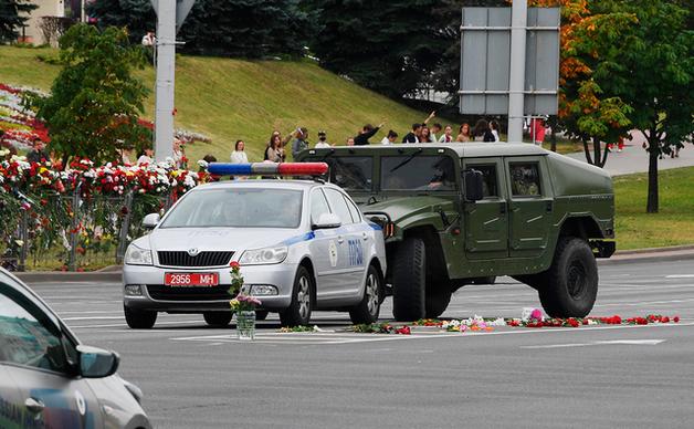 Колонны военной техники направились в центр Минска