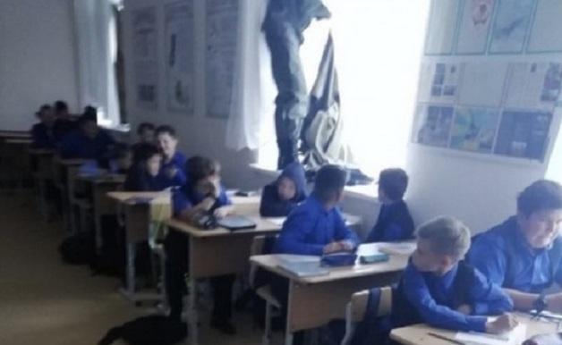 Захватили в заложники целый клас: учения в российской школе едва не привели к трагедии