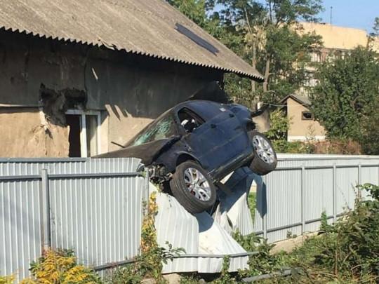 """В Черновцах не справившийся с управлением полицейский на BMW """"оседлал"""" забор и сбежал"""