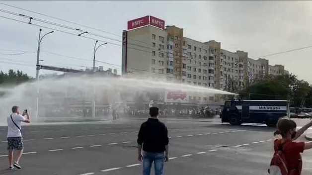 В Бресте применили водомет против митингующих на улицах противников Лукашенко