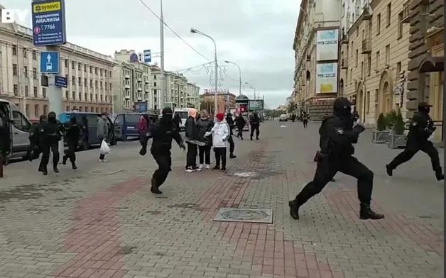 В Минске проходят марши женщин и студентов. Силовики проводят жесткие задержания