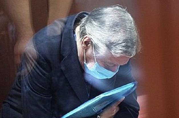 Прокуратура попросила суд оставить Ефремова в колонии