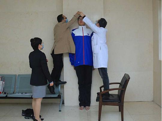 Гулливер из средней школы: в Китае 14-летний подросток вырос до 221 сантиметра