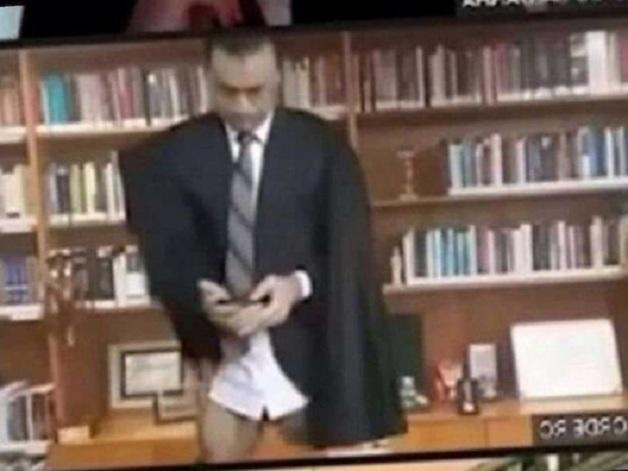 В прямом эфире без штанов: судья Верховного суда опозорился во время онлайн-заседания