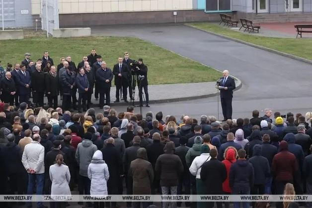 Лукашенко заявил, что выборы в США — это «позорище»