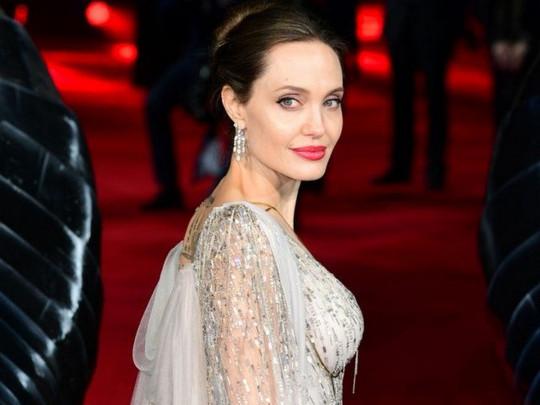 Анджелина Джоли без бровей впечатлила поклонников