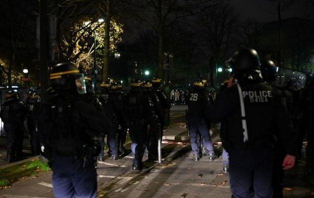В Париже акцию против полиции разогнали водометами, десятки задержанных