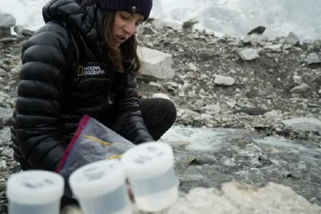 Ученые обнаружили микропластик на вершине самой высокой горы мира