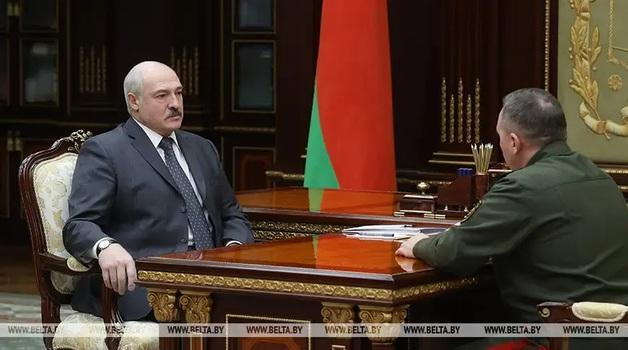 Лукашенко потребовал от военных заставить молодежь «родину любить»