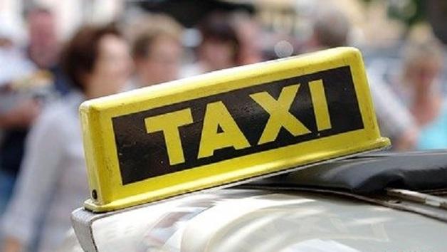Таксист наехал на ногу недовольной прибывшим авто россиянке
