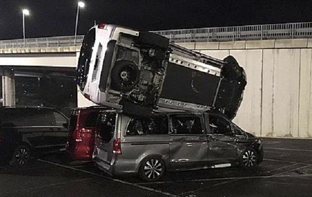 В Испании бывший сотрудник Mercedes-Benz угнал бульдозер и уничтожил на территории завода 50 машин в знак протеста