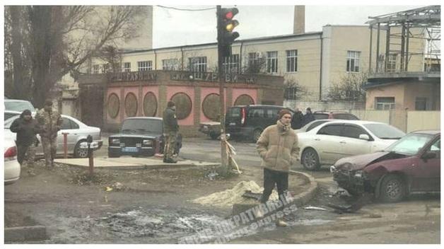 Под Днепром при столкновении с другим авто легковушку отбросило на пешеходов. Погибла двухлетняя девочка