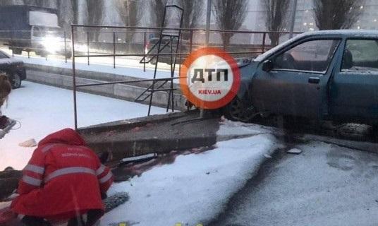 Пьяный водитель насмерть сбил девушку на тротуаре под Киевом