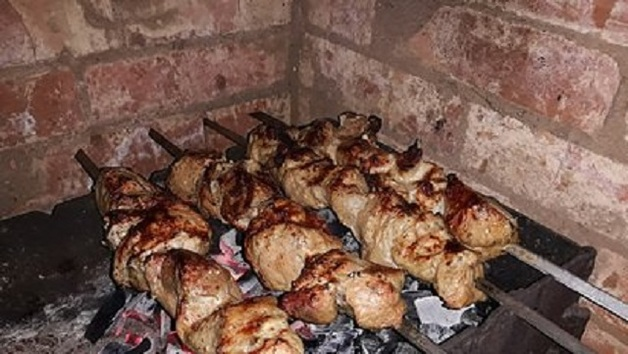 В российской колонии зеки незаконно жарили шашлыки и ели селедку под шубой