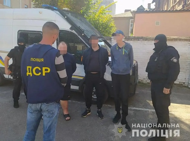 На Житомирщине блогер бил током и поджигал участников своего проекта. Полиция завела дело