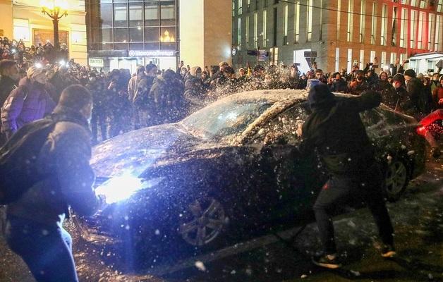 В Москве возбудили дело о повреждении машины ФСБ на несогласованной акции
