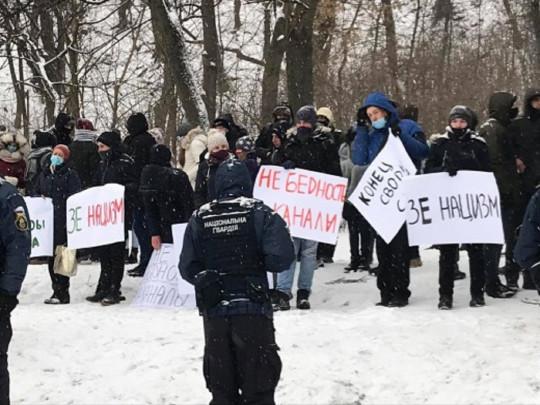 Пикет с плакатом «Зе фашизм» вышел к Зеленскому