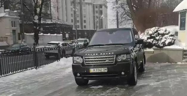 Так делают, чтобы избежать штрафа: Порошенко приехал в Раду с частично закрашенными номерами