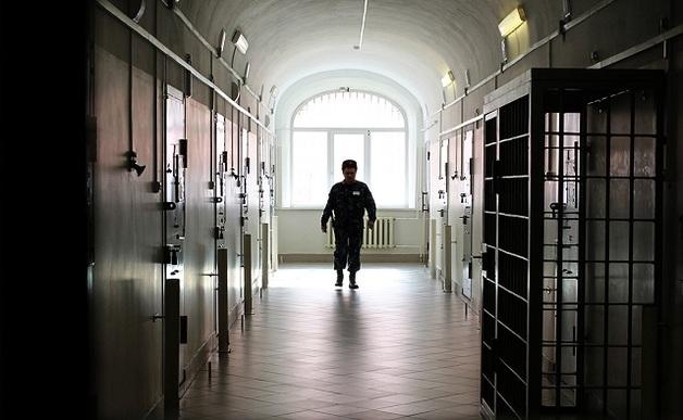 Инспектор ФСИН подружился с арестантом и отпускал его погулять