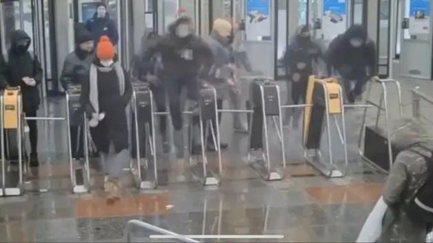 """В киевском метро молодые борцы избили двух сотрудников СБУ и попали на """"Миротворец"""". Версии событий"""