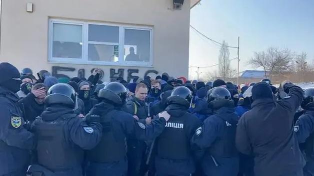 Во Львове «Нацкорпус» блокировал предприятия Козака. Была стычка с полицией