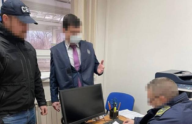 Инспектору таможенного поста «Солотвино» вручили подозрение за сбор взяток