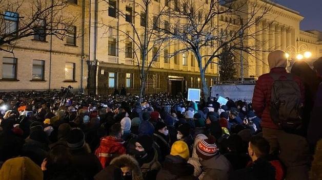 Во время столкновений на Банковой со сторонниками Стерненко ожоги глаз получили почти три десятка полицейских