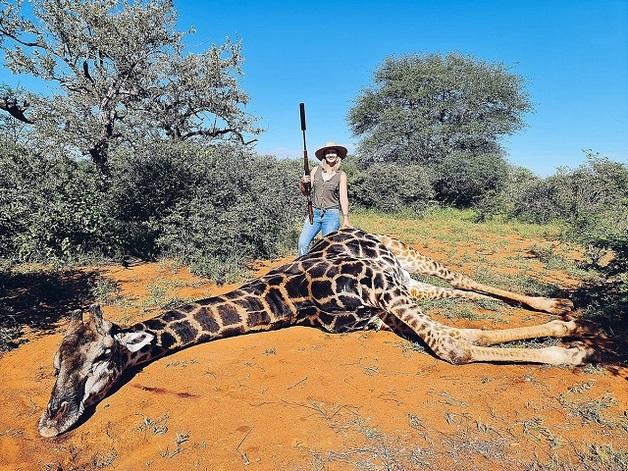 «Это был самый лучший подарок на 14 февраля»: На сафари в ЮАР женщина убила жирафа и вырезала ему сердце
