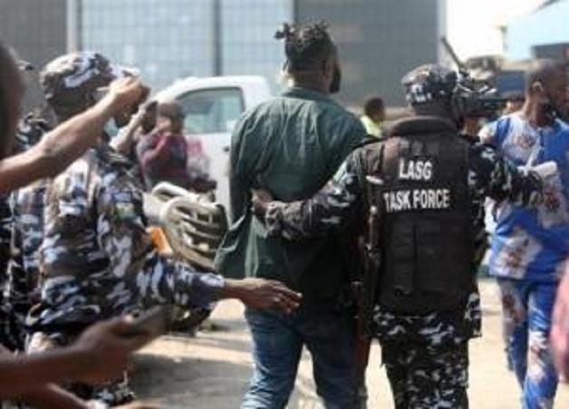 В Нигерии вооруженные люди похитили из школы более 300 учениц